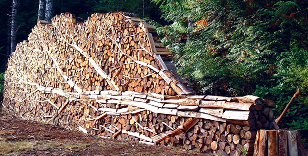 Art or overkill these log stacks make you take another look cabin obsession - Rangement bois de chauffage ...