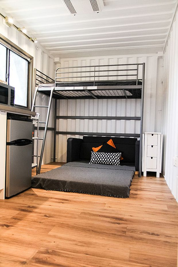 Video customizable tiny portable lodge called 39 the bear for Container chambre