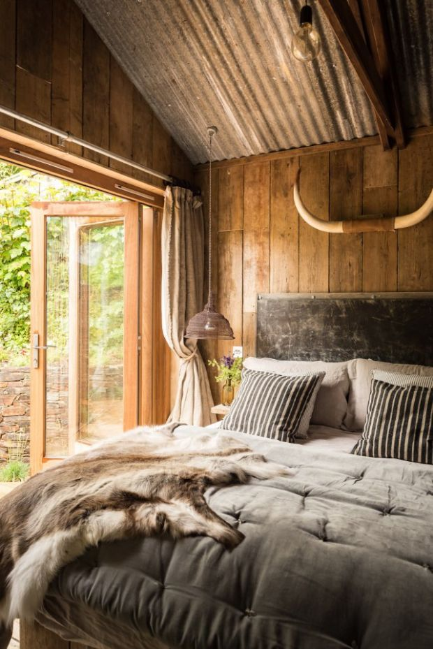 firefly-cabin-in-cornwall-bedroom1-via-smallhousebliss