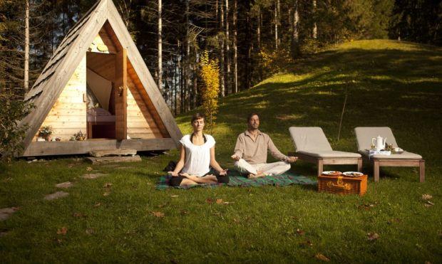 02_Lushna_Massive_glamping_wooden_cabin_pod_meditation1-1020x610