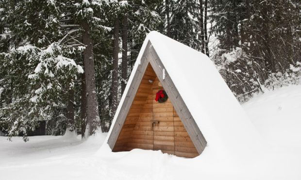 04_Lushna_Massive_glamping_wooden_cabin_winter_closeup1-1020x610