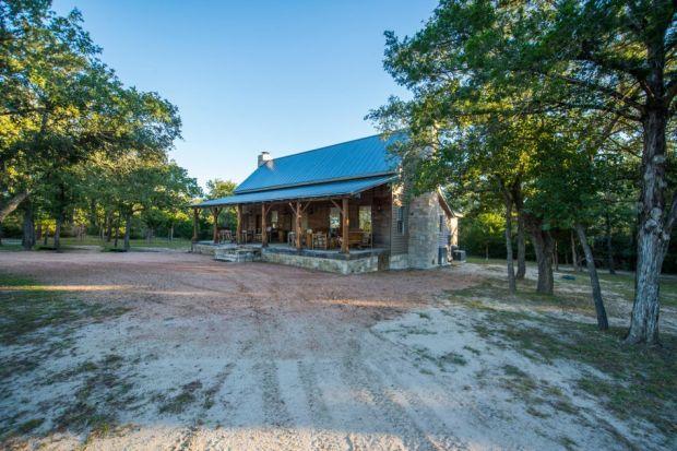 East-Texas-Log-Cabin-Historic-Restored-Rustic-Home-950x633