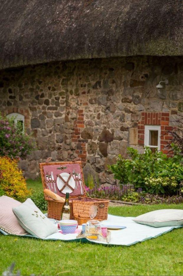 Faerie-Door-Cottage-Picnic-Garden