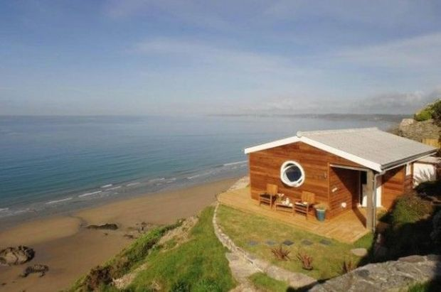 draft-she-built-a-tiny-320-square-foot-cottage-that-actually-feels-hugegenius-32861-560x371