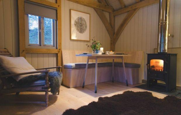Out-of-the-Valley-rental-cabin-Devon-England-Gardenista-1-733x467
