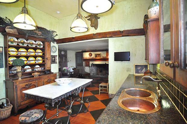 25 Kitchen Alt View