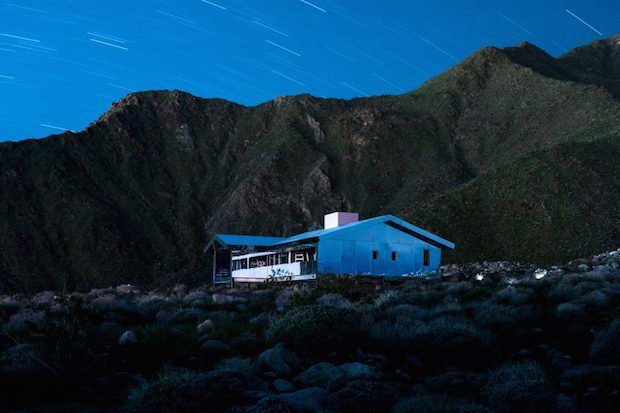 doug-aitken-lance-gerber-neville-wakefield-desert-x-installation-california-southern-art-exhibition-mirror_dezeen_2364_col_8-852x568