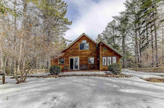 [FOR SALE] LOG HOME SURROUNDED BY PINE TREES